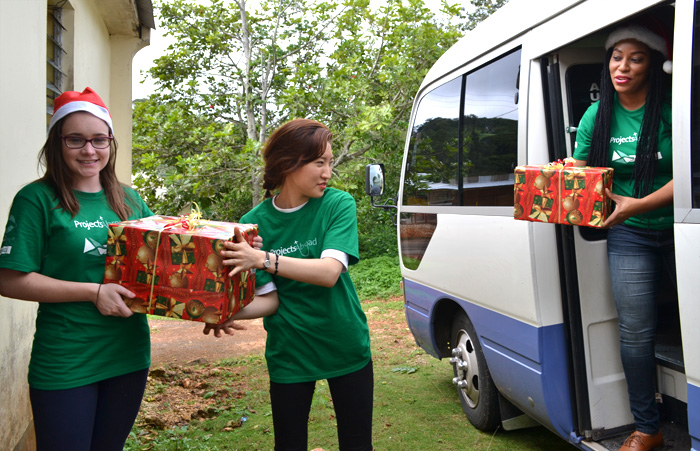 Projects Abroad Care & Community volunteers distribute Christmas gifts for disadvantaged children in Jamaica